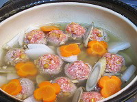 だし汁で根菜を煮た後、肉団子を煮る(キノコ甘酒鍋1)