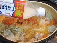 味噌を入れた後、甘酒も入れる(キノコ甘酒鍋3)