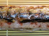 サンマで寿司をサンドしラップで整形